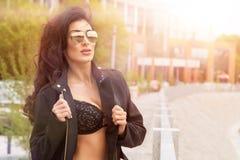 Sexy donkerbruine vrouw Royalty-vrije Stock Foto's