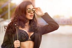 Sexy donkerbruine vrouw Royalty-vrije Stock Afbeeldingen