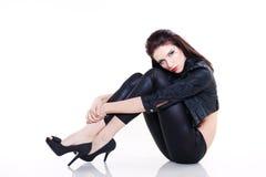 Sexy donkerbruine vrouw in leerjasje Royalty-vrije Stock Afbeeldingen
