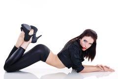 Sexy donkerbruine vrouw in leerjasje Royalty-vrije Stock Foto