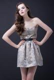 Sexy donkerbruine vrouw in manierkleding Royalty-vrije Stock Foto
