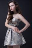 Sexy donkerbruine vrouw in manierkleding Stock Afbeelding