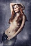 Sexy donkerbruine vrouw in zwarte broek Stock Fotografie