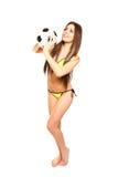 Sexy donkerbruine vrouw in zwempak het stellen met voetbalbal op w Stock Afbeeldingen