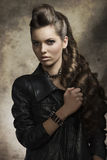 donkere dame met rotsstijl Royalty-vrije Stock Foto