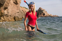 Sexy duikermeisje in sportwear voorbereidend haar duikvlucht Royalty-vrije Stock Fotografie
