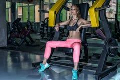 Sexy Eignungsmädchen nach Übung an der Eignungsturnhalle lizenzfreies stockfoto