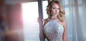 Sexy elegante blonde kaukasische Frau Stockfoto