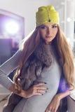 Sexy elegantes Mädchen der schönen Mode mit dem langen Haar, moderner Kappe auf dem Kopf der Abend helle Make-up und das Malen si Lizenzfreie Stockfotos
