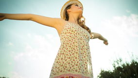 Sexy en discovrouw die in openlucht dansen stellen Royalty-vrije Stock Foto