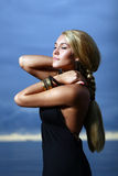 Sexy en luxevrouw op de zonsondergang backgroung Royalty-vrije Stock Foto