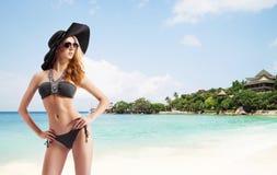Sexy en mooi meisje in zwempak die op rusten Royalty-vrije Stock Afbeeldingen