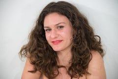Sexy en mooie jonge die vrouw in kleding, op witte backg wordt geïsoleerd stock foto