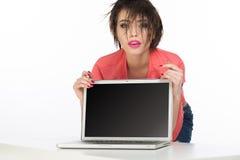Sexy en sensueel model achter computer met het lege scherm Stock Afbeeldingen