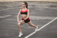 Sexy en sportief meisje die vóór een ras opwarmen Royalty-vrije Stock Afbeelding