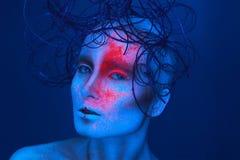 Sexy erwachsene Frau mit Neon powred auf Gesicht Stockfoto