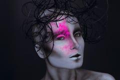 Sexy erwachsene Frau mit Neon powred auf Gesicht Stockfotos