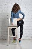 Sexy ezel in zwarte die legging van latex worden gemaakt royalty-vrije stock foto