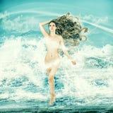 Sexy feenhafte Frau - Aphrodite in den Meereswellen Stockfotos