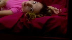 Sexy Frau auf Bett stock video footage
