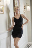 Sexy Frau auf dem schwarzen Kleid Innen Stockbilder