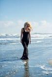 Sexy Frau auf dem Seeufer Lizenzfreies Stockfoto
