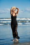 Sexy Frau auf dem Seeufer Stockfotos