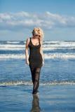Sexy Frau auf dem Seeufer Lizenzfreies Stockbild