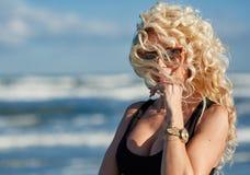 Sexy Frau auf dem Seeufer Stockbild