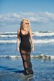 Sexy Frau auf dem Seeufer Stockfoto