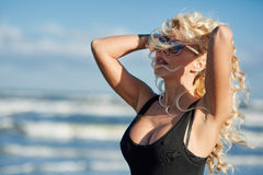 Sexy Frau auf dem Seeufer Stockfotografie