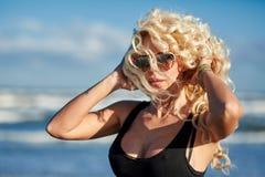 Sexy Frau auf dem Seeufer Lizenzfreie Stockfotografie