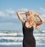 Sexy Frau auf dem Seeufer Lizenzfreie Stockfotos