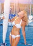 Sexy Frau auf der Yacht Lizenzfreie Stockbilder