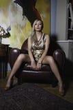 Sexy Frau auf einem Lehnsessel lizenzfreies stockfoto