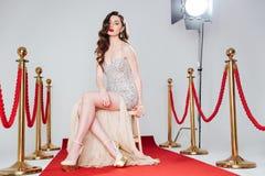 Sexy Frau auf rotem Teppich Stockbild