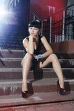 Sexy Frau auf Schritten Stockbilder