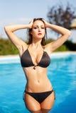 Sexy Frau bei der Bikiniaufstellung Stockbilder