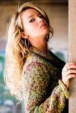 Sexy Frau - blondes Modell in der Strickjacke Lizenzfreie Stockfotos