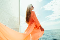 Sexy Frau in den Badebekleidung pareo Yachtseekreuzfahrtferien Lizenzfreie Stockbilder