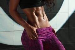 Sexy Frau der Eignung, die ABS und flachen Bauch zeigt Schönes muskulöses Mädchen, geformte Abdominal-, dünne Taille Stockbild