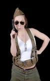 Sexy Frau in der Militäruniform, die gegen schwarzen Hintergrund aufwirft Stockfotos