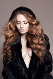 Sexy Frau in der Pelzhaube Stockfoto