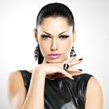 Sexy Frau der schönen Mode mit schwarzen Nägeln am hübschen Gesicht Stockbilder