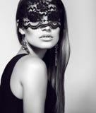 Sexy Frau in der Spitzemaske mit dem luxuriösen geraden Haar Stockbilder