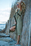 Sexy Frau in der Wolljacke auf dem Seeufer Lizenzfreies Stockfoto