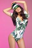 Sexy Frau des jungen Brunette, die im modernen Bikini aufwirft Sommer s Stockfoto