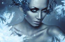 Sexy Frau des kalten Winters mit Spritzen auf Augen Stockfotos