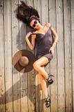 Sexy Frau, die auf hölzerner Plattform aufwirft Stockbilder