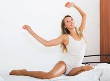 Sexy Frau, die auf weißem Blatt im Bett aufwacht Lizenzfreie Stockfotos